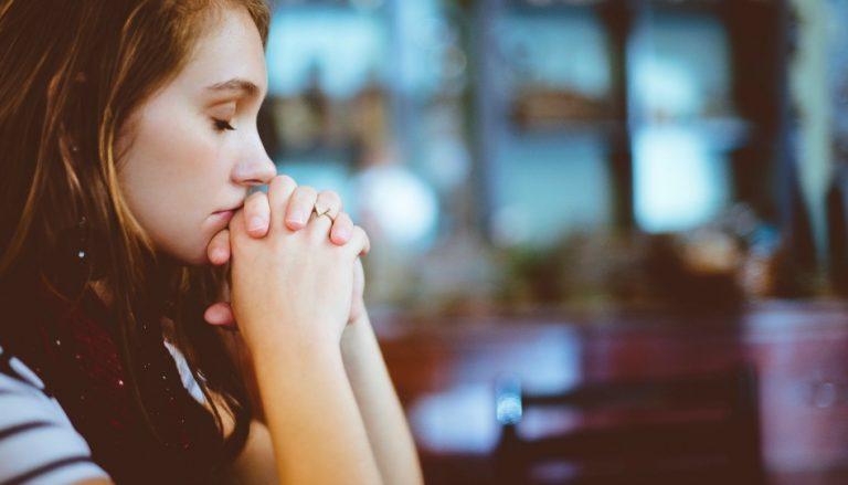 Mädchen betet für Entscheidungen