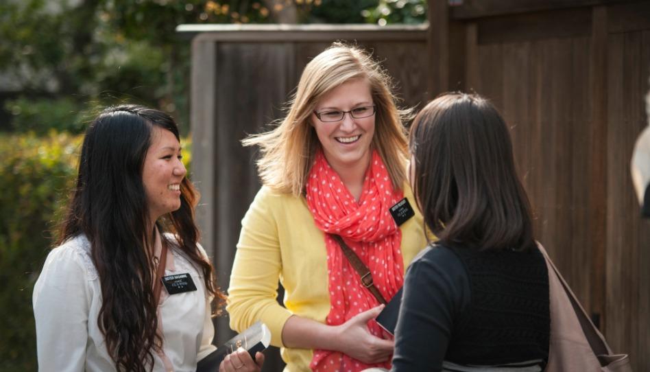Mormonen Missionare sprechen mit Frau auf Straße