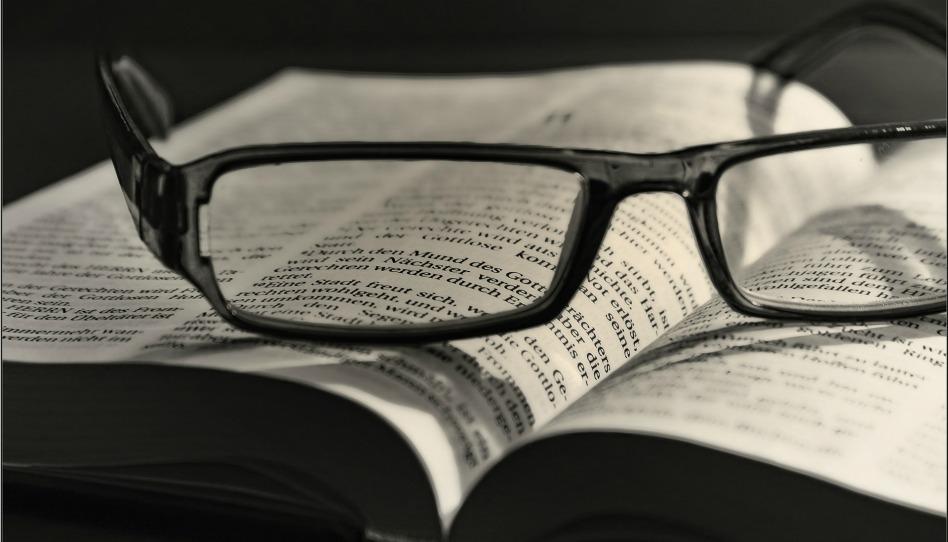 Bibel mit Brille