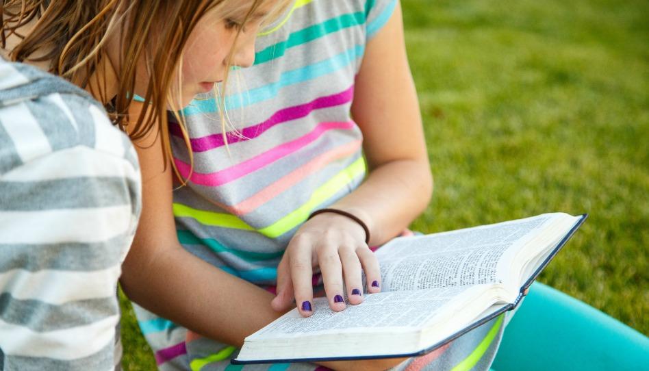 Mädchen lesen in Heiligen Schriften