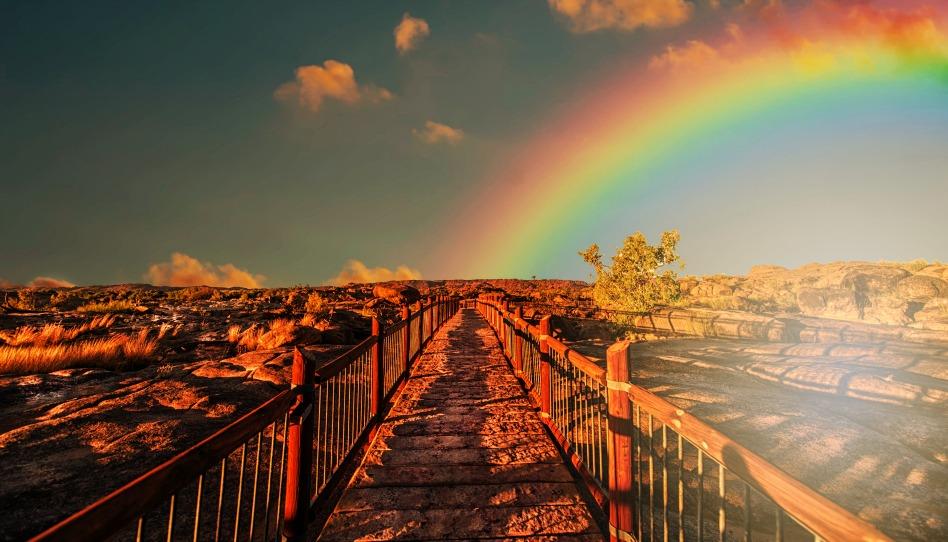Regenbogen über Brücke